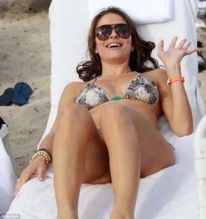Seksinya Maria Menounos Dengan Bikini Kulit Ular nya