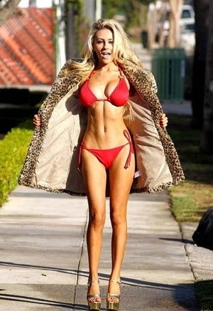Courtney Stodden Pamer Bikini Merah Seksi di LA