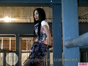 Kimora Lee Simmons Berpose Seksi di Bazaar Malaysia