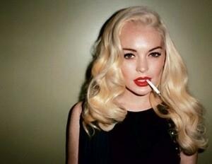 Pose Provokatif Lindsay Lohan di Majalah Love