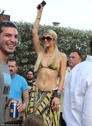 Glamour & Seksi! Paris Hilton Pesta di Miami dengan Berbikini