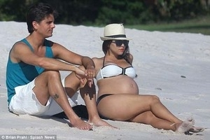 Badan Melar, Kourtney Kardashian Percaya Diri Pamer Perut Hamilnya