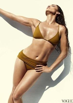 Jennifer Lopez Tampil Seksi Berbikini di Majalah Vogue