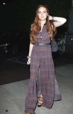 Bergaun dengan Belahan Kaki Tinggi, Celana Dalam Lindsay Lohan Terlihat!