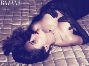 Salma Hayek Topless di Harper Bazaar