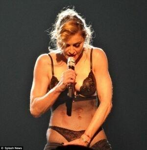 Aksi Striptis Madonna saat Konser Demi Dukung Gadis Pakistan