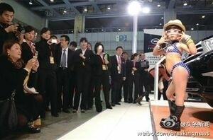 Gadis Cilik dari China Berpose dengan Bikini di Pameran Mobil