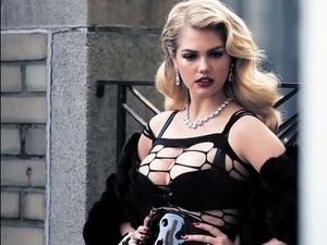 Kate Upton Tampil Hot dan Seksi untuk Vogue Itali