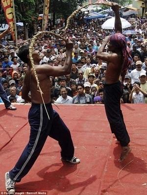 Warga Kediri Lakukan Ritual Meminta Hujan 'Ujungan'
