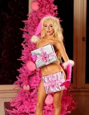 Rayakan Natal, Courtney Stodden Tampil Bugil dengan Baju Santa dan Salju