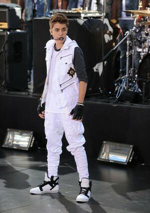 12 Fashion Celana Terkonyol Justin Bieber Sepanjang 2012