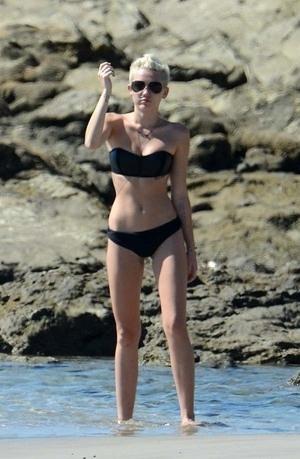 Yoga di Pantai, Miley Cyrus Tampil Seksi dengan Bikini Hitam