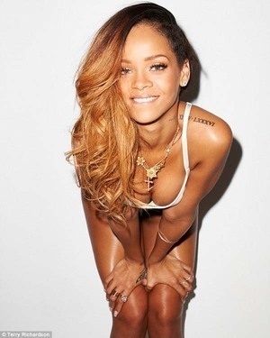 Pose Provokatif Rihanna di Majalah Rolling Stone