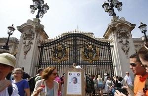 Meriahnya Warga Inggris Sambut Anak Kate Middleton - Pangeran William