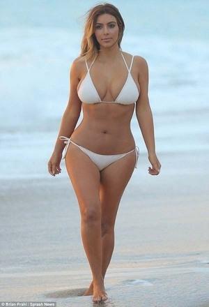 Baru Melahirkan, Kim Kardashian Masih Montok dengan Bikini Mini