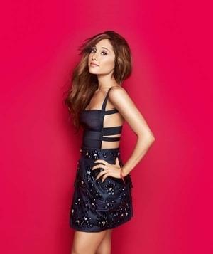 Pose Cantik dan Seksi Ariana Grande di Cosmopolitan