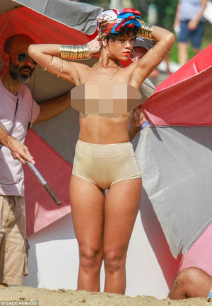 Hot! Behind The Scene Pemotretan Topless Rihanna