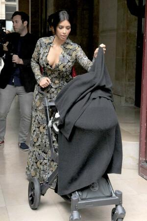 Momong Bayi, Kim Kardashian Tetap Tampil Seksi