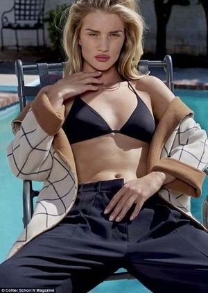Pose Topless Rosie Huntington-Whiteley di V Magazine
