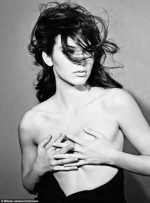 Makin Dewasa, Kendall Jenner Topless di Majalah Interview