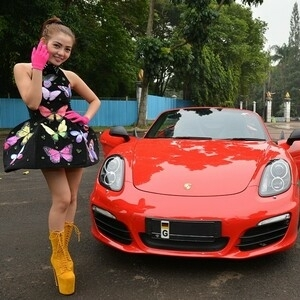 Foto Gaya Seksi Bella Shofie Pamer Mobil Porsche Boxster