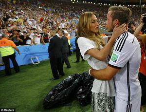 Pemain Jerman Dapat Ciuman dan Pelukan Mesra dari Para WAGs