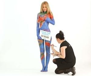 Selamatkan Bumi, Model Renee Somerfield Rela Tubuh Bugilnya Dilukis