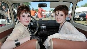 Foto Uniknya Peserta Kontes Kembar Identik di Perancis