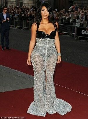 Kim Kardashian Seksi Menerawang di GQ Awards 2014
