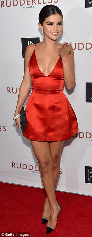 Foto Si Merah Seksi Selena Gomez