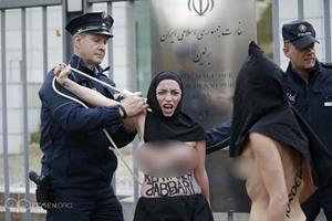 Foto Aktivis Femen Protes Bugil Berjilbab di Kedutaan Iran
