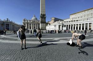 Foto Bugil Aktivis Femen Tolak Kunjungan Paus Fransiskus di Vatikan