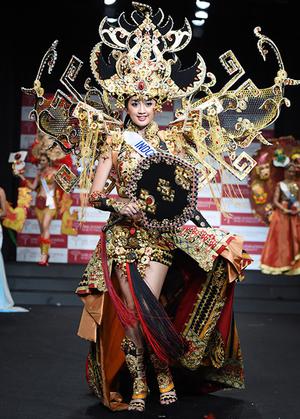 Foto Cantik Kontestan Miss International 2014 dalam Balutan Kostum Nasional