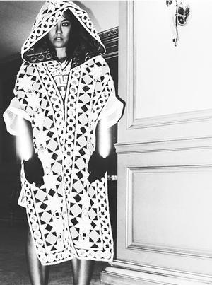 Foto: Gaya Misterius Agnes Monica, Simbol Illuminati?