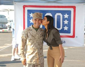 Foto Seksi Kim Kardashian Bareng Tentara Amerika