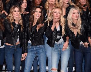 Foto Seksi Angels Victoria's Secret di Jalanan London