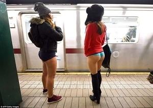 Aksi Naik Kereta Tanpa Celana