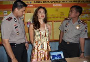 Kocak! Artis Hollywood Diciduk Polisi Indonesia
