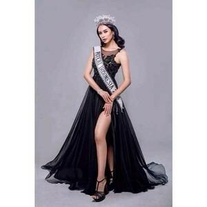 Pose Seksi Elvira Devinamira, Putri Indonesia 2014