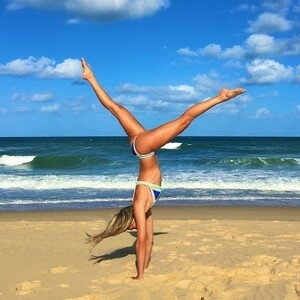 Eliza Landgren, Wanita Cantik & Seksi Instruktur Yoga di 90 Negara
