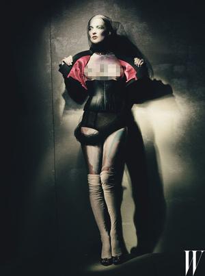 Kate Moss Bugil Pamer Payudara di W Magazine