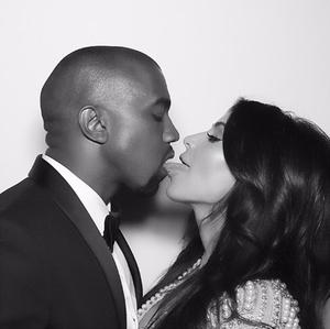 Foto Kim Kardashian Cium Mesra Kanye West di Ultah Pernikahan