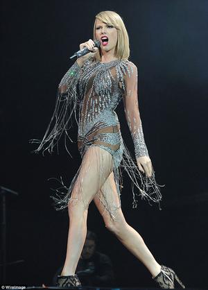 Taylor Swift Bergaun Seksi Transparan di BBC Radio 1