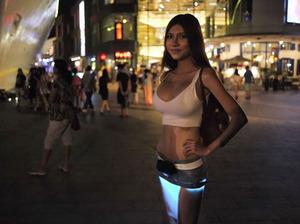 Tren Baru? Gadis Seksi Pakai Rok Mini Bercahaya
