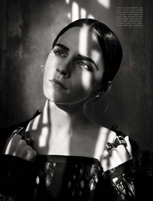 Foto Dandan Gothic, Emma Watson Makin Cantik di Majalah Vogue