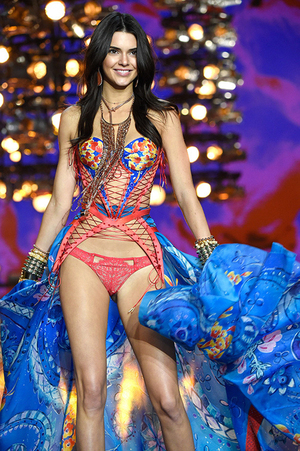 Foto Kendall Jenner Super Cantik & Seksi di Victoria's Secret Show