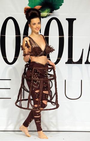Foto Model Cantik Pakai Gaun Unik & Seksi Dari Cokelat
