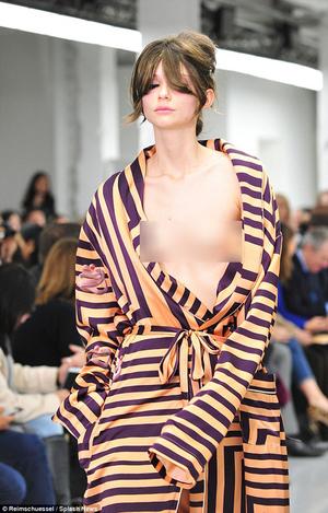 Foto Fashion Show Ekspos Payudara Model Di London