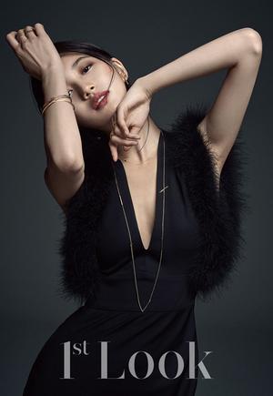 Foto Suzy Miss A Umbar Belahan Dada Seksi di Majalah 1st Look