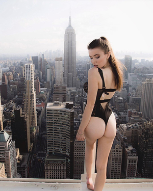 Foto Model Hot di Atas Gedung Kota New York Karya Mar Shirasuna